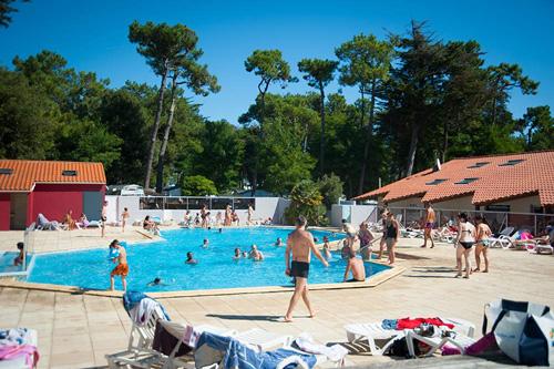 Espace aquatique du camping avec piscine chauffée