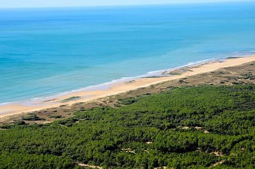 camping situé en bord de mer accès direct à la plage