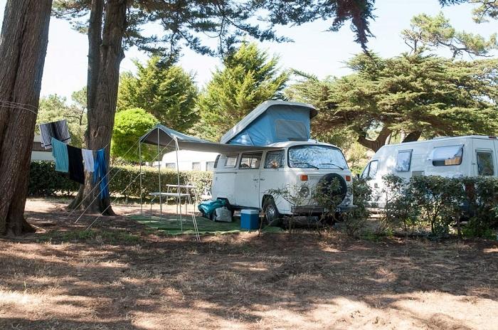 Caravane sur emplacement du camping en Vendée