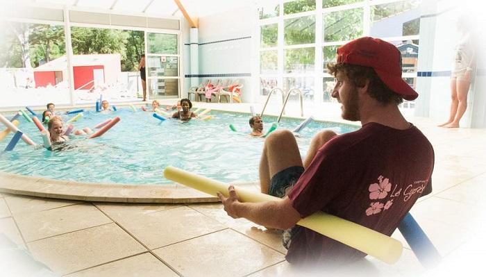 Cours aquagym dans la piscine couverte du camping