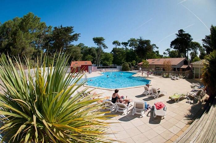 piscine du mobil home luxe sur la côte Atlantique